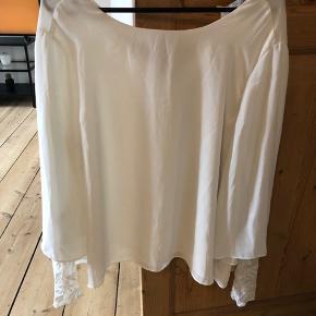 Hvid ZARA bluse. Passes også af en  str S/M/L