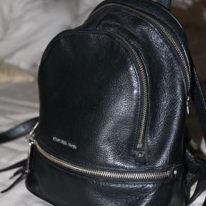 Michael Kors taske, købt tilbage i 2016 brugt få gange på en rejse, ingen skader eller slid.  Nypris på 2500kr købt i New York, sælges kun hvis den rette pris kommer.  Byd eller skriv for flere spørgsmål!