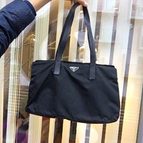 Mega fed Prada nylon taske  Fejler intet og har plads til en Macbook 13