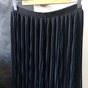 Super fin plisseret nederdel i sort og mørkeblå.  Er i super fin stand.