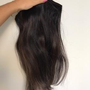 Sælger mine mørkebrune extensions, da jeg har skiftet hårfarve. De er lavet af ægte menneskehår, importeret fra indien. Håret er brugt i 6-7 måneder og er af flettemetoden (trenser). Der er lidt lidt spil i farverne, som kan ses på billedet - håret er i god stand 🌸 Byd endelig!