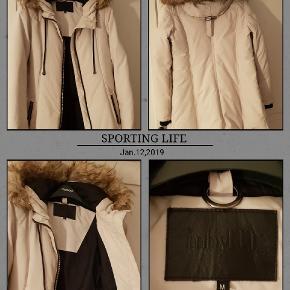 Super praktisk og let vinter jakke, lækker farve og uden for mange detaljer