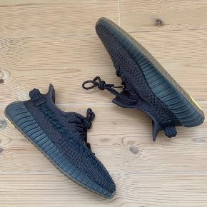 """YEEZY BOOST 350 V2 """"CINDER"""" Sælger disse lækre Adidas YEEZY BOOST som er et samarbejde mellem Adidas og Kanye West. Super sprød sko med en perfekt pasform rundt om foden og som tilmed har BOOST teknologi, hvilket giver en eminent komfort. Skoene er en størrelse 42 og er helt nye uden nogen fejl eller mangler.  Alt originalt medfølger + kvittering Skokassen har et mindre indhak øverst i venstre hjørne 😇 Prisen er fast, og tager ingen trades 🙂  Skriv privat ved spørgsmål, eller hvis du ønsker flere billeder af varen  Kan mødes i Aarhus eller sende skoene på købers regning 😁"""
