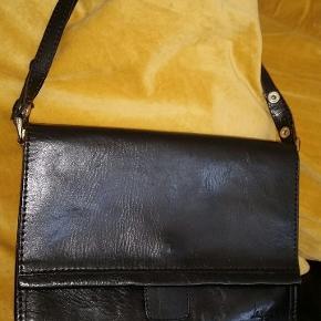Flot vintage taske fra La Moda 18 × 25 cm Hanken kan forkortes til en håndtaske