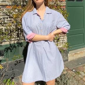 """Hestens """"natkjole"""". Kan også bruges som normal kjole, aldrig blevet brugt.  Super lækker kvalitet og dejlig at have på.  Super sød med et bælte i taljen. 100% bomuld."""