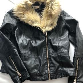 """Smart """"skind""""-jakke med fast pelskrave. Lommer i front og lynlås ved ærmerne."""