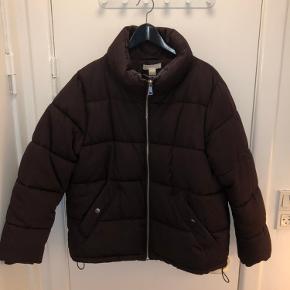 🍂 Fin jakke i en mørk Bordeaux eller mørk lilla til efteråret og vinter.  🌾 Lidt slid mærker øverst på jakken, men det ser værre ud på billede nr. 1 end i det gør i virkeligheden