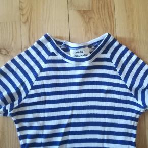 Kan ikke finde en angivelsen af størrelsen i t-shirt en, men vurderer den til at være en str. M.