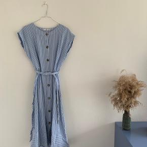 Rigtig fin kjole fra mango med smukke knapper og lommer. Snøres i livet og kan derved passe mange størrelser. Jeg har brugt den og jeg er en medium 🌻