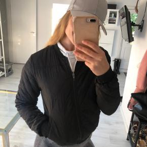 Sælger den fine jakke, der kan vendes så den er sort eller mønstret, ingen tegn på slid☺️