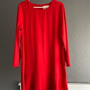 Sælger denne super fine røde kjole. Kjolen har været brugt to gange til lidt finere fester. Kjolen har ingen skader og er så god som ny:)