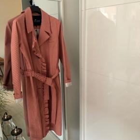 Sælger denne fine jakke fra Designers remix Nypris: 3400 kr Bud modtages gerne, bare ingen skam bud #BLACKFRIDAY
