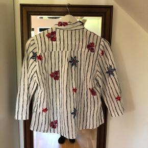 Sød vintage/retro skjorter med 3/4 ærmer og flotte blomster. I perfekt stand