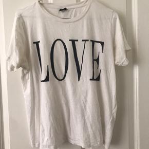 Super lækker T-shirt i bomuld, fra gina tricot.  Brugt to gange, men fejler intet.  Passes af en S/M og en M/L
