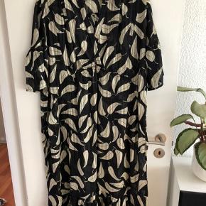 Super fin kjole i en oversize strørrelse. Kan passes af M-XL. Aldrig brugt. Sort med beige blade og guldtråde Nypris: 599 kr. Se også mine andre annoncer