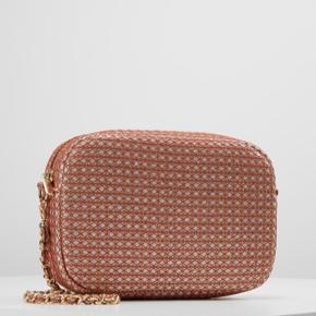 Flot og velholdt taske fra Becksöndergaard i lyserød, guld og sølv ☺️