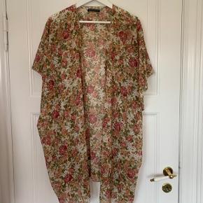 💐💐💐 Sælger denne rigtig flotte kimono fra Brandy Melville. Den er lavet af meget tyndt stof, og er derfor ideel til bla. varme rejser.  Kan passes af alle  Kom med et bud!  💐💐💐