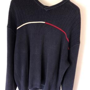 Denne sweatshirt passer perfekt til et oversized outfit. Den er tyk og holder godt på varmen.  Ved spørgsmål skriv endelig en besked😊