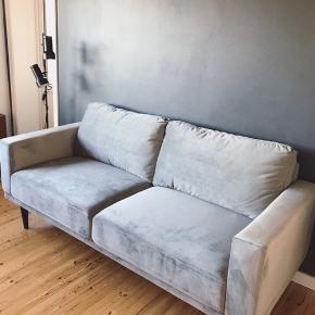Mexico 3 pers. sofa i lysegrå velour stof fra ILVA. Hynder i polyetherskum. Sofaen er stort set ubrugt og står som ny. L: 201 cm x H: 87 cm x B/D: 89 cm. Velegnet til lejligheder og værelser med begrænset plads. Sælges i forbindelse med flytning. Ny pris. 4.999 kr.