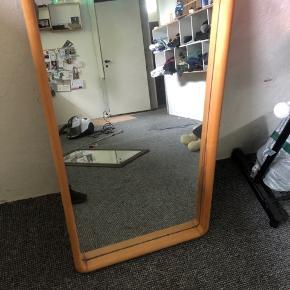 Jeg sælger dette spejl da det bare står og fylder.  Det måler  H: 103.5 cm  B: 57.5 cm