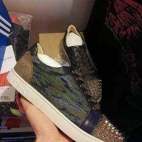 Christian Louboutin sneakers   Størrelse : 40  Stand : aldrig rørt en fod, helt nye   Tilbehør : Alt, ekstra spikes, ekstra snørebånd, dustbags, boks, kvittering   Nypris 5600