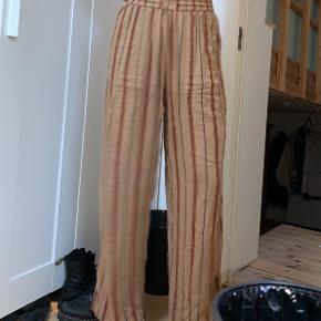 Bukser fra Urban Outfitters - sælges for 60kr ✨  Køber betaler fragt