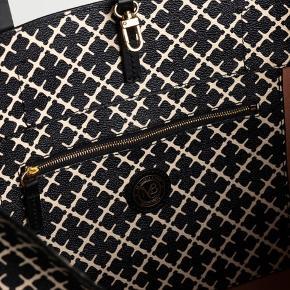 Helt ny og ikke pakket ud.   By Malene Birger Taske Abi Tote sort  Lækker mellemstor taske, med det klassiske print af By Malene Birger. Den rummelige taske, kan bruges til mange ting, og er også stor nok til at rumme en computer.  Tasken har praktiske bærehåndtag, en justerbar lukning, en indvendig lomme samt en smart nøglering i læder.   Mål: 57 x 33,5 x 16,5 cm.