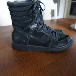 Lækre Nike støvler med ruskindsdetaljer. Købt gennem min mors arbejde hos Nike og har ikke været til salg i butikkerne.   Fra ikke-ryger hjem.   Kan efter aftale afhentes i København (nær Amagerbro)   Prisen er fast!!! Men tjek gerne mine mange andre annoncer - jeg er villig til at give lidt rabat ved køb af flere ting!