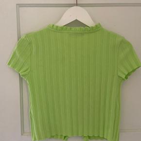 Grøn Bershka Top aldrig brugt i grøn :) Jeg er selv en Medium og kan sagtens passe størrelsen, da den kan udvide sig til kropsformen :)