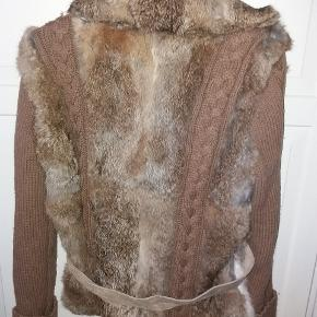 Lækker jakke i strik og kaninpels.  Pelsen er lidt tyndt under armene- men stadig flot i krave og på ryggen ( dvs det man ser).