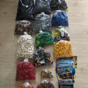 Hermed sælges en kampe blanding lego. Der er 8 kg. Lego. Sorteret i farver. Dertil høre 700 gram figurer m. Våben. Og ca. 25-30 manualer. - Men kan ikke garenteret alle dele er der for at kunne samle dem.   Brikkerne indeholder sæt fra Racers, Star Wars, City, Atlantis, Ninjago, Technic, Creator, pirates, chima, mm.   Sælges samlet for 800 kr.    - Sender gerne på købers regning.  - Forsendelse muligt med Postnord, GLS eller DAO.  - Modtager kontant, bankoverførsel samt mobilepay.  - Vi har Ingen dyr, røgfrit hjem og ingen tørretumbling af vores tøj.  - Reserverer gerne mod Porto i depositum.