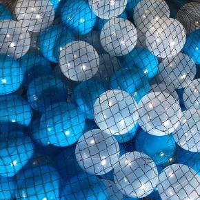 To net fyld med bolde, mener der er 500 vil gerne tjekke præcist, de fylder ca to sorte sække som nemt kan lukkes. Afhentes i Tåstrup