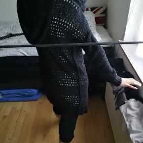 Trøje / strikket med hætte - sidste billede viser mønster og syning som er på ydersiden.  Ny pris var 699,- Brugt og skånevasket 1 gang.   Str S