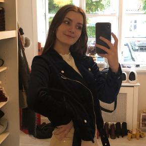 Super fin velour jakke fra H&M. Sælges da jeg ikke bruger den mere:)