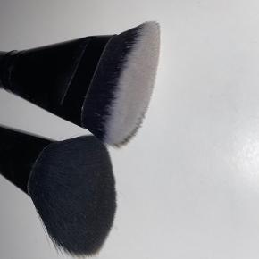 4 skønne børster fra e.l.f. til kun 40 kr. i alt (sælges samlet)🌸  Børster: - Angled blush brush  - Countouring brush - Stipple brush - Blending brush  Brugt få gange og fremstår derfor som ny💖  Mængderabat gives, så tjek gerne mine andre annoncer ud😋