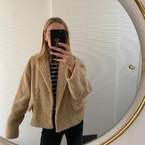 Aldrig brugt. Faux rulamsjakke fra Samsøe & Samsøe. Ingen bytte. Boxy fit.