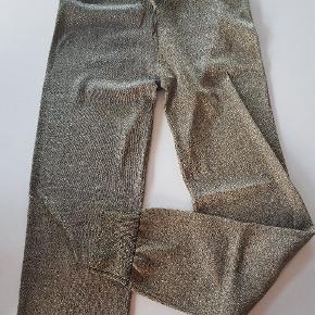 Guldfarvede, loose fit bukser i tynd strik med elastisk talje med bindebånd og bred rib ved benafslutning. Næsten som ny. Str 164. Lidt stor i str. Fuld længde ca. 100 cm. Talje ca. 34 cm x 2.