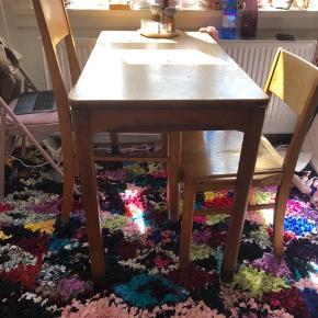 Super fint gammelt kantinebord med masser af patina.  3 stole der passer til medfølger. Alle sammen med god patina :-) kom med et bud!   110 cm langt  58 cm bredt  Og 75 cm højt