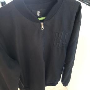 Super fed cardigan/jakke sælges. Det er str xl men den fitter en str L. Jakken er i super stand!!! Skriv eller ring på 26826097 for yderlig info.
