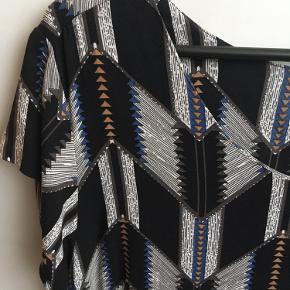 Brystvidden 100cm  Flot mønstret kjole fra Saint tropez i sort, grå, blå og brun🌸 kjolen har en knap i nakken🌸  100% viscose🌸  Kjolen har kun været brugt et par gange🌸