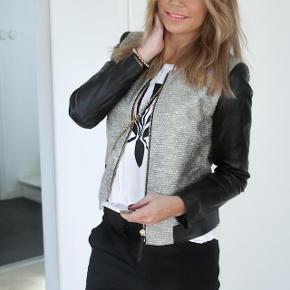 Varetype: Jakke, blazer Farve: Se billed Oprindelig købspris: 4999 kr.  Smuk by Malene Birger jakke med ærmer i ægte skind, meget stilfuld og elegant, brugt få gange. Den perfekte sommerjakke ☀️