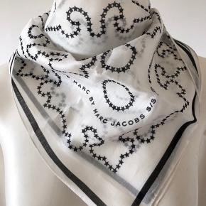 Smuk bandana tørklæde fra Marc by Marc Jacobs. Den er vintage, fra 2007, fra sommer kollektion, men jeg har aldrig brugt den. Stadig med mærke på og fejler absolut intet.  Mål: 55/57. Byttes ikke.