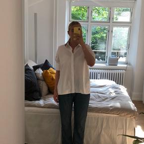 Zara bukser uden stor slid, ikke brugt særlig meget og derfor i fin stand. Er lidt en baggy buks, med rippet kant bagtil. Jeg er en str 38-40 selv i bukser normalt i forhold til fittet