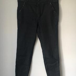 Super lækre strech jeans. Klassisk snit med to baglommer. Med lynlås nederst på benene. Sidder godt og er dejlige at have på.