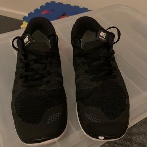 Nike Free 5.0 til herre str 42. Brugt max 5 gange og har et lille slidmærke på den ene snude, fejler ellers intet. Fra røg- og dyrefrit hjem. Sælges for 200 kr. Afhentes i 6715 eller sendes på købers regning.