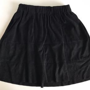 Sort nederdel i imiteret ruskind