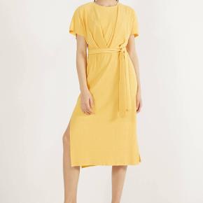 Gul kjole fra Bershka i str. L.  Er aldrig brugt, kun prøvet på.  *** Der medfølger intet bælte! Afhentes i Hellerup eller sendes med DAO 🌸