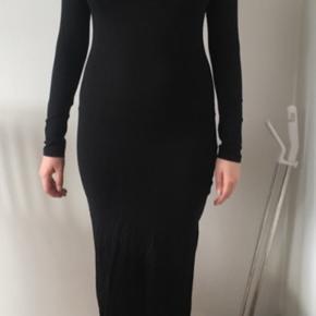 Sender pakker i morgen, så send mig en besked hvis du skal have denne med☀️  Fin lang sort kjole fra h&m  Er altid klar på en hurtig handel ☺️🌸