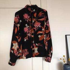 Super smuk blomstret skjorte fra Vero Moda i str. M 🌚 Virkelig flot med mange detaljer, bl.a. skjulte knapper samt brun syning langs krave og ærmekant 🤎 flot kontrast mellem det pink og orange i blomsterne, og den sorte baggrund. Brugt få gange. Bukser der matcher i str. XL. haves også til salg 🌙   Bemærk - afhentes ved Harald Jensens plads eller sendes med dao. Bytter ikke 🍒  💫 Skjorte overdel langærmet blomster blomstret pink orange sæt Vero Moda bestseller