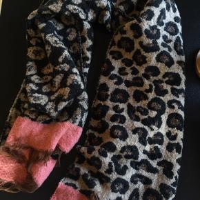 Blødt halstørklæde i god kvalitet. Måler 185x70 cm. Køber betaler selv fragt💫